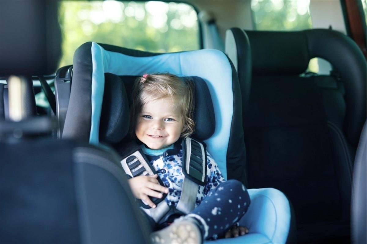 ¿Cómo deben viajar los niños en taxi?